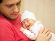Bab nouveau-né dormant sur le coffre du père Photographie stock