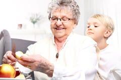 Babć spojrzenia po dziecka Zdjęcia Royalty Free