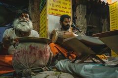 Baba śpiewa w świątyni w indu karnakata hampi fotografia stock