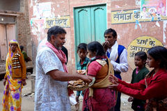 Baba Handing Out Prasad royalty-vrije stock foto