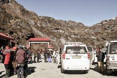 Baba Mandir, Sikkim, India, Azja, Styczeń 2019: Turyści grupują odprowadzenie na zewnątrz baby Harbhajan Singh świątynia dzwoniąc zdjęcia royalty free