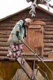 Baba Yaga komt uit zijn hut stock foto