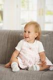babaygirl kanapa szczęśliwa siedząca Zdjęcia Royalty Free