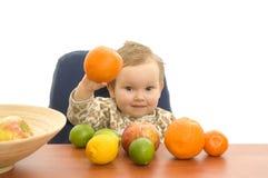 Babby und Früchte Stockfotos