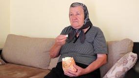 Babci łasowania popkorn od torby zbiory