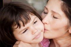 Babci całowania wnuczka, Rodzinny obrazek Obraz Stock