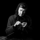 Babci dzianie Czarno biały depresja klucza fotografia na czarnym tle Zdjęcie Stock