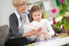Babci i małej dziewczynki czytelnicza książka Obraz Royalty Free