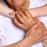 Babci i wnuczki chwyta ręki z wielką miłością fotografia stock