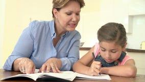 Babci Pomaga wnuczka Z pracą domową zbiory