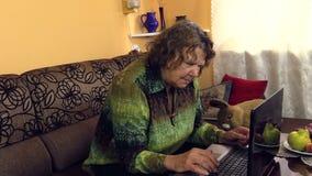 Babci wolno pchnięcia guzik na laptopie, uczy się use nowe technologie zbiory wideo