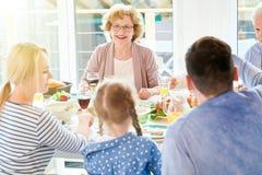 Babcia Cieszy się Rodzinnego gościa restauracji w świetle słonecznym Obraz Stock