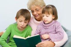 Babcia czyta książkę Fotografia Stock