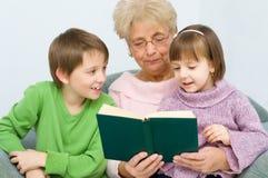 Babcia czyta książkę Zdjęcie Royalty Free