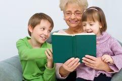 Babcia czyta książkę Obraz Stock