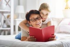 Babcia czyta książkę wnuczka Zdjęcie Royalty Free