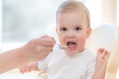 Babcia daje dziecka jedzeniu od łyżki Obrazy Royalty Free