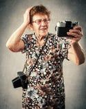Babcia fotograf robi selfie Obrazy Stock