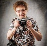 Babcia fotograf z starą kamerą zdjęcia stock
