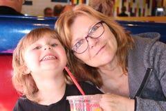 Babcia i jej wnuczka siedzimy wpólnie przy restauracją fotografia stock