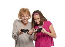 Babcia i wnuczka bawić się grę Fotografia Royalty Free