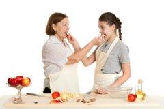Babcia i wnuczka chwyta jabłka kawałki Fotografia Stock