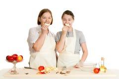 Babcia i wnuczka chwyta jabłka kawałki Obrazy Stock