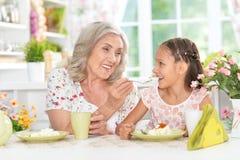 Babcia i wnuczka ma śniadanie Zdjęcia Stock