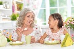 Babcia i wnuczka ma śniadanie Obrazy Royalty Free