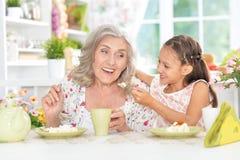 Babcia i wnuczka ma śniadanie Obraz Royalty Free