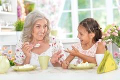 Babcia i wnuczka ma śniadanie Fotografia Royalty Free