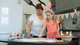 Babcia i wnuczka piec Easter ciastka zbiory