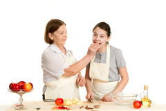 Babcia i wnuczka taktujemy each inny z appl Obrazy Stock