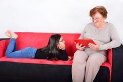 Babcia i wnuczka używa pastylka peceta Obrazy Royalty Free