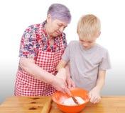 Babcia i wnuk piec Fotografia Royalty Free