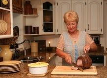 babcia jest w domu na kolację obraz royalty free