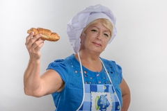 Babcia kucbarski fartuch pokazuje kulebiaka zdjęcie stock