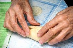 babcia kulebiaki przygotowywają zdjęcie stock