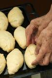 babcia kulebiaki przygotowywają obraz stock