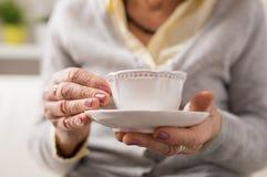 Babcia ma filiżankę coffee/herbata Zdjęcia Royalty Free