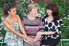 Babcia matka i córki uśmiechnięty siedzenie, obraz royalty free