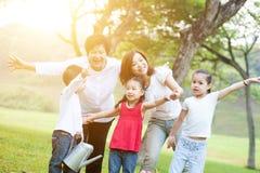 Babcia, matka i dzieci przy outdoors, Zdjęcie Royalty Free