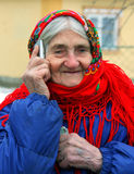 Babcia opowiada na telefonie komórkowym Zdjęcie Royalty Free