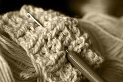 babcia robi na drutach. Zdjęcie Stock