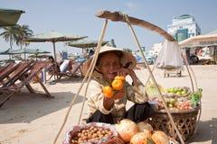 Babcia - sprzedawczyni owoc Fotografia Royalty Free