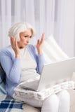 Babcia używa laptop Fotografia Royalty Free
