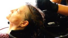 Babcia w piękno salonie taktuje włosy z medycznymi olejami zbiory wideo