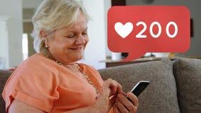 Babcia wyszukuje na telefonie zdjęcie wideo