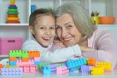Babcia z wnuczką bawić się wpólnie Zdjęcie Royalty Free