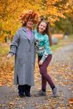 Babcia z wnuczką w jesień parku w uścisku Fotografia Stock